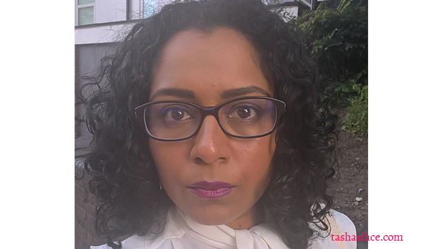 Hot summer makeup: bold brows and statement lips glasses selfie