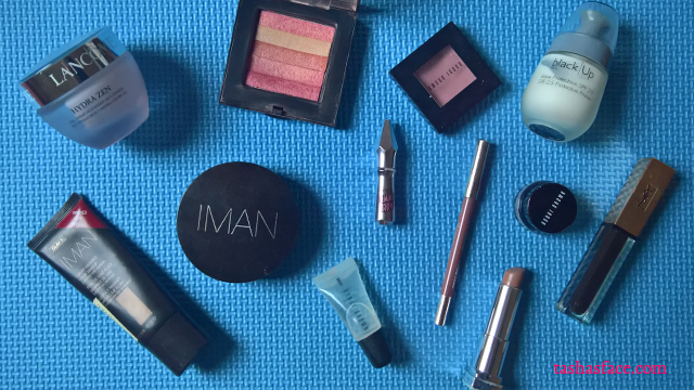 Hot Summer Makeup: no-makeup makeup blue flatlay